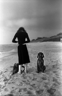 20121126121703-henri-cartier-bresson-woman-dog.jpg